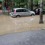На проспекте Ветеранов затопило двор